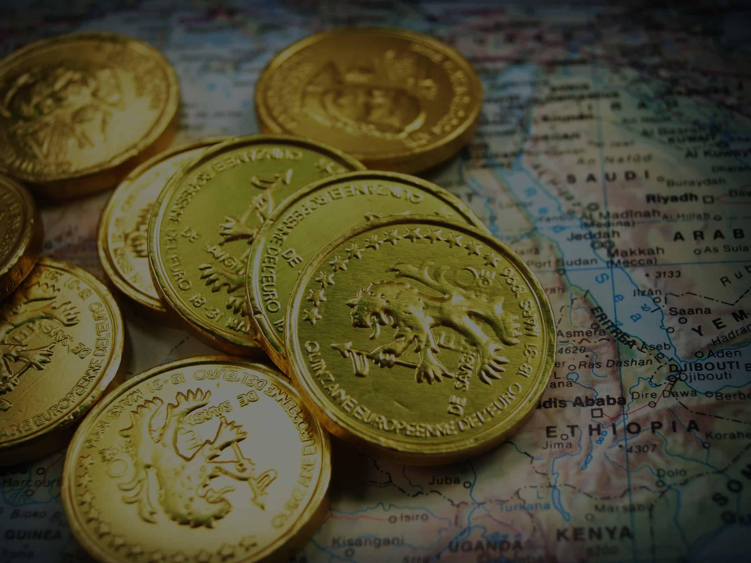 Pièces d'or sur carte du monde