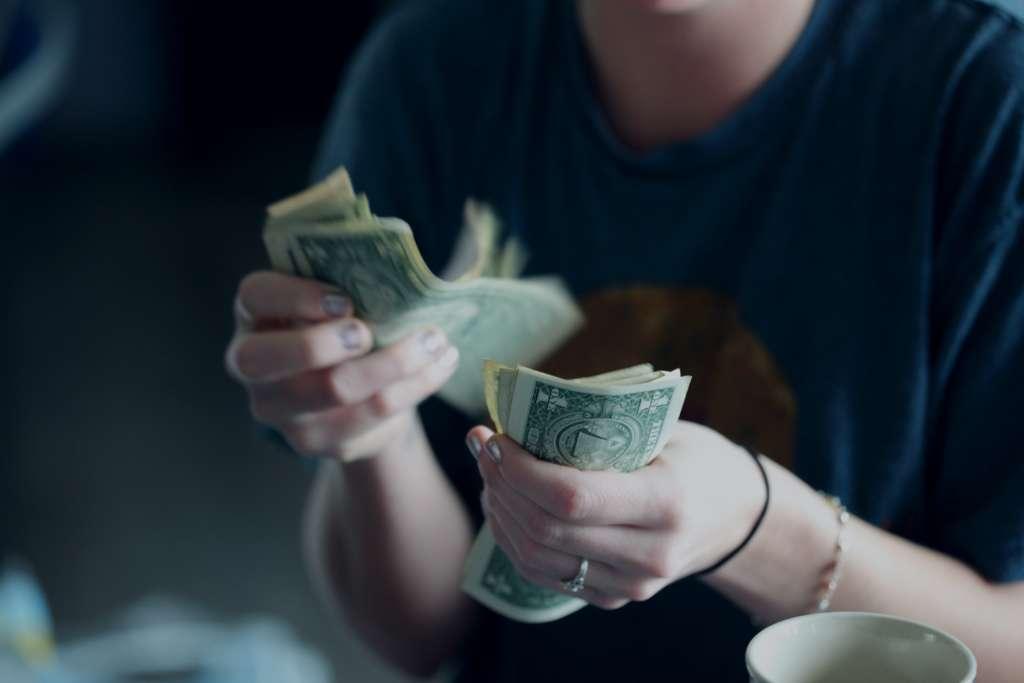 Femme faisant le comptage des billets